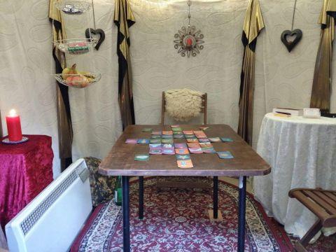 Innenaufnahme meiner Kartenlegerhütte auf dem Spandauer Weihnachtsmarkt